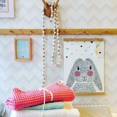 @sparkling.paper heeft hele mooie prints voor op de baby & kinderkamer! Combineert mooi met de dekens van @koeka_official #kidsroom #baby #commode #pink #mintgreen