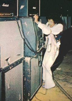 Jimi Hendrix | Grinding on the amp