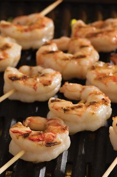 Easy guide on how to grill shrimp! These tried-and-true techniques will have you back at the grill in no time! You can grill shrimp either frozen or thawed. How To Saute Shrimp, Ways To Cook Shrimp, How To Cook Fish, Frozen Cooked Shrimp, Steamed Shrimp, Grilled Shrimp, Grilling Recipes, Grilling Ideas, Grilling The Perfect Steak