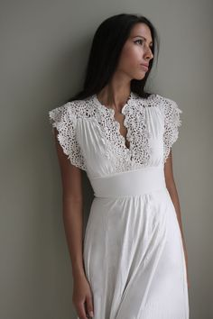 Classic and elegant – these are the best words that describe a vintage lace dress. Get to know a vintage white lace dress by reading here. 1970s Wedding Dress, Vintage Inspired Wedding Dresses, Vintage Dresses, Vintage Lace, Vintage Theme, Vintage Weddings, Vintage 70s, Vintage Style, Knit Dress