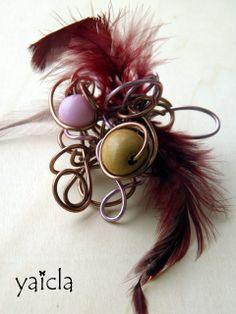 hilo de aluminio,bolas en madera plumas,vainilla y fresa.