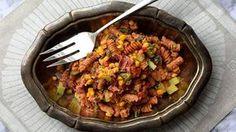 Vappu Pimiä pitää helposta ruoanlaitosta. Tämä pastasalaatti on nopea ja täyttävä. Se sopii myös kevään juhliin tarjottavaksi.
