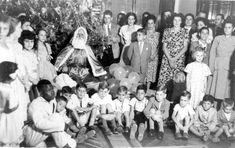 2 / 4  Festejo natalino em segundo tempo: interior do Castelo do Batel, noite de Natal. Parentes e amigos da família de Moisés Lupion reunidos com seus filhos para receberem seus mimos alusivos à data. Natal de 1949