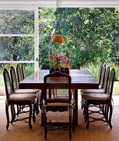 Um almoço com a família desfrutando dessa vista tão inspiradora é um presente. Projeto da arquiteta Patricia Carvalho em Itaipava (RJ)
