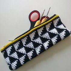 Så kom der lynlås i det der oprindeligt skulle have været et penalhus men blev for kort og derfor nu er blevet et etui til hæklenåle og andet vigtigt når man skal være krea på farten  #hækling #hækleri #crochet #crocheting #crochetersofinstagram #instacrochet #crochetlove #crochetaddict #12moc2016 #hæklenåle #etui #krea #kreapåfarten #creativewhiletravelling #colours #colourmehappy #colorblocking #tapestry #tapestrycrochet #finefarver by evacharliehr