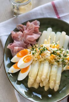A classic way of serving Dutch white asparagus with eggs, hollandaise saus and ham (Recipe in Dutch) Sauce Hollandaise, Asparagus Recipe, Healthy Crockpot Recipes, I Love Food, Soul Food, Food For Thought, Food Inspiration, Menu, Food Porn