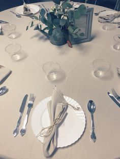 Do you need to keep your wedding gorgeous, simple, elegant and on budget? You can achieve all of that thanks to these disposables from Smarty! That flatware is elegant and plastic, yes really, it's plastic! Toss it when you're done! And those pretty plates with that swirl-edge detail? Yep, it's plastic, too! Mix and match from a huge selection at Smarty and you'll create the one-of-a-kind wedding reception that will also be on budget. BOOM! Diy Wedding Reception, Wedding Dinner, Budget Wedding, Dream Wedding, White Buffet, Plastic Plates, Just Relax, Classic Elegance, Saving Ideas