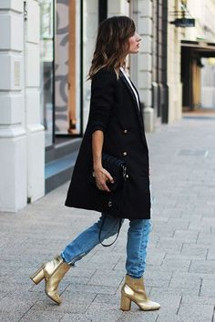 Metallic shoe styles - how to wear metallic shoes this winter Shoes for fall have been abundant in silhouettes and creative styles. This season the metallic shoe trend is making i Gold Ankle Boots, Metallic Boots, Fashion Mode, Look Fashion, Winter Fashion, Jean Outfits, Winter Outfits, Casual Outfits, Casual Looks
