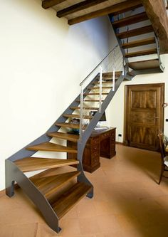 Scale in Ferro pedate in legno - Elite strike Wood Metal Stairs, San Francisco Houses, Floating Stairs, Scale Design, Interior Stairs, Stair Railing, Staircase Design, Modern Interior Design, Stairways