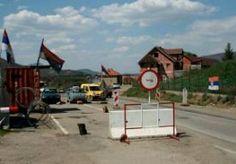 22-Apr-2013 7:09 - SERVIËRS DREIGEN MET BLOKKADES. Een van de rijbanen is al versperd met hekken en rollen prikkeldraad. Passanten kunnen over de andere baan nog gewoon doorrijden. Ze worden niet gehinderd en niemand vraagt hun iets. Maar het signaal is duidelijk: in een oogwenk kan deze doorgaande weg dicht. Wegblokkades zijn in Noord-Kosovo een beproefd recept. Eerder sloten de circa 50.000 bewoners van het gebied zich wekenlang op in hun enclave, uit protest tegen pogingen van de...