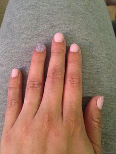 Short nails pink glitter muchi muchi Essie pure ice