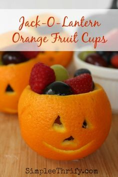 Jack-O-Lantern Orange Fruit Cups: Halloween is such a fun holiday; coming this Halloween, adorable Jack-O-Lantern Orange Fruit Cups. Plat Halloween, Buffet Halloween, Bonbon Halloween, Dessert Halloween, Healthy Halloween, Halloween Food For Party, Halloween Kids, Halloween Treats, Halloween Breakfast
