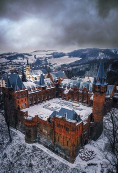 Who doesnt love a good medieval castle? Here are the best castles in the world that you can visit! From Scottish castles to French castles to German ones theyre all here! French Castles, English Castles, Scottish Castles, Ways To Travel, Best Places To Travel, Places To See, Beautiful Castles, Travel Alone, Beautiful Places To Visit
