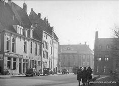 Martinikerkhof zuidzijde met onderlinge levensverzekering 'Eigen Hulp ' en zijgevel  Grote Markt 25, ca 1930