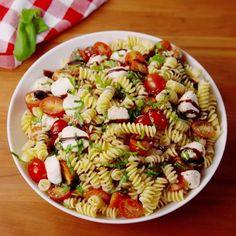Make this Caprese Pasta Salad for a delicious vegetarian pasta salad recipe. Everyone will love this easy pasta salad inspired by Caprese Salad, but instead basil tomato mozzarella pasta! Healthy Dinner Recipes, Mexican Food Recipes, Vegetarian Recipes, Cooking Recipes, Asian Recipes, Easy Cooking, Vegan Vegetarian, Cooking Tips, Cooking Bacon
