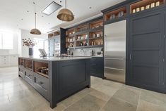 Most up-to-date Totally Free dark kitchen decor Strategies By using the summer months ending, you need to start out taking into consideration the slide season. Open Plan Kitchen, Kitchen Layout, New Kitchen, Kitchen Decor, Kitchen Ideas, Shaker Kitchen Cabinets, Shaker Style Kitchens, Home Kitchens, Style Shaker