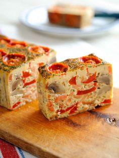 Recipe:マッシュルームとパプリカ、スモークサーモンのテリーヌ/カラフルで具だくさんのテリーヌは、切り分けながら食べるのが楽しい! #レシピ