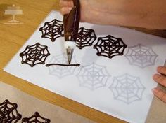 Cupcakes Dos Chocolates con Telarañas de Halloween | Apetece.com