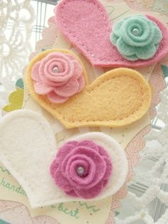 Felt hearts with roses.Embellish a card or bookmark with these or make into lovely headbands or barrettes for little girls. Fabric Crafts, Sewing Crafts, Diy Crafts, Felt Flowers, Fabric Flowers, Felt Hair Clips, Barrettes, Hairbows, Felt Brooch