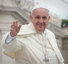 Neste momento você está pensando: por favor Deus, permita que Sua Santidade tenha feito isso DE VERDADE. | Este vídeo do Papa fazendo um truque com uma toalha é totalmente viciante
