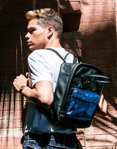 mochila-negra-bolsillo-azul-2 Color Negra, Back To School, Backpacks, Fashion, Shopping, Wings, Blue Nails, Black, Black Backpack