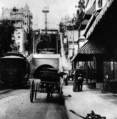 Los Angeles before the car was king: trolleys, bikes, horse-drawn carriages, the Angels Flight, and shoe leather were the modes of transport on Third Street in How cool is this? We are really missing out by not having this in LA anymore. Places In California, California History, Vintage California, Southern California, City Of Angels, Old Pictures, Old Photos, Bunker Hill Los Angeles, Angel Flight