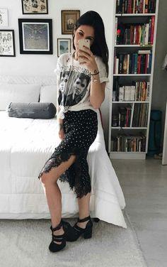 Vic Hollo, t-shirt branca estampada, saia de bolinhas com fenda, sandália preta