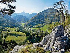 """Der Semmering (Wiener Alpen in Niederösterreich) ist eine Kombination von großartiger Landschaft und gediegenem Luxus. Der """"Zauberberg"""" bietet ein dichtes Wandernetz und auch einen Bikepark. Wer's gemütlicher will, wählt den Bahnwanderweg entlang des Weltkulturerbes Semmeringbahn."""