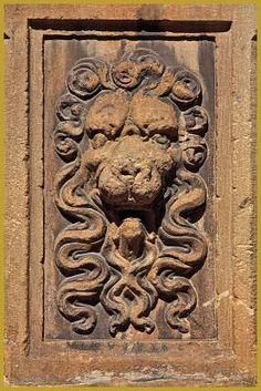 Colmar - Photo de la tête de lion sculptée sous une colonne du portail monumental de la maison dite ''Poêle des Laboureurs'' au 7 de la rue Vauban à Colmar.