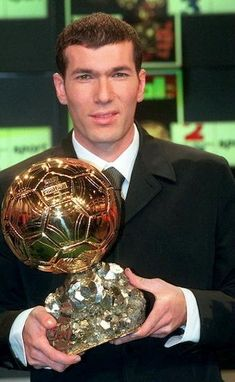 Zidane a remporté le Ballon D'or Best Football Players, Good Soccer Players, Football Is Life, Retro Football, World Football, Football Soccer, Zinedine Zidane, Real Madrid Photos, Real Madrid Team