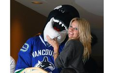 Vancouver Pamela Anderson poses with Fin. Vancouver Canucks, Jack Nicholson, The Province, Celebs, Celebrities, Celebrity Photos, Robin, Poses, Hockey