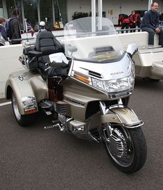 Honda Goldwing gold trike front