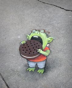 This manhole chalk drawing Latest Pictures Graffiti, Sculpture Art, Drawings, Street Chalk Art, Sidewalk Art, Art, Art And Architecture, Sidewalk Chalk Art, Book Art