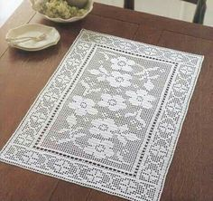 Crochet is one of the most versatile crafts to decorate the home. You can use it to make rugs, tablecloths or simply a crochet centerpiece to match the Crochet Table Runner, Crochet Tablecloth, Crochet Doilies, Easy Crochet, Crochet Circles, Crochet Flower Patterns, Crochet Flowers, Crochet Toddler Dress, Crochet Carpet