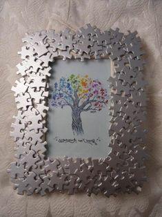 fabriquer cadre photo en carton, décoré de pieces de puzzle, idee pour un encadrement DIY original