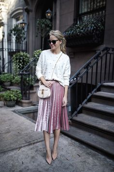 15 Velvet Midi Skirt Outfits To Try Now - Styleoholic Midi Rock Outfit, Midi Skirt Outfit, Skirt Outfits, Blush Skirt, White Pleated Skirt, Outfit Work, Jumpsuit Outfit, Fashion Mode, Modest Fashion