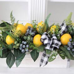 Lemon Centerpieces, Dining Room Table Centerpieces, Greenery Centerpiece, Table Decorations, Kitchen Arrangement, Lemon Kitchen Decor, Festa Party, Spring Home Decor, Home Living