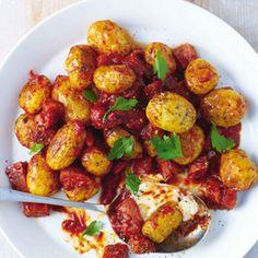 Patatas bravas met chorizo en aioli