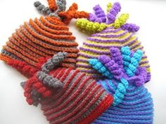 @Veronica Almanza Saucedaónica Sartori Almanza Saucedaónica Sartori - these are cute! 'Beehive Beanie' crochet hat ~ pattern available -.