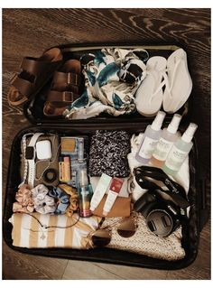 #travel #bag #aesthetic #travelbagaesthetic Road Trip Packing, Vacation Packing, Packing Tips For Travel, Travel Bags, Travel Bag Essentials, Road Trip Essentials, Summer Aesthetic, Travel Aesthetic, Summer Travel