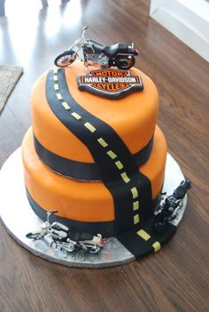 Harley Davidson Grooms Cake - This was a grooms cake I made. The bride wanted something Harley and thanks to posers cake I had a great cake. And it was a huge hit. Biker Birthday, Motorcycle Birthday, Motorcycle Party, Torta Harley Davidson, Harley Davidson Birthday, Cupcakes, Cupcake Cakes, Fondant Cakes, Bolo Mickey