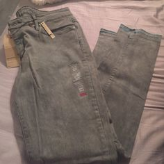 Levis grey Demi skinny jeans NEW WITH TAGS Levis Grey Demi skinny style jeans. Modern rise skinny leg fit. Great quality! Size 31x32 Levi's Jeans Skinny