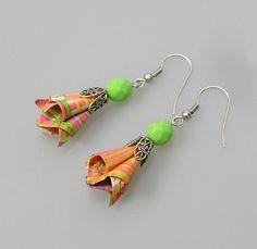 Boucles d'oreilles composées d'une perle origami en papier japonais Washi, Chyiogami à rayures multicolres dans les tons jaune, rose et vert, de perles en verre de bohème et en - 14241999