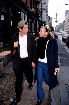 30 Candid Photographs That Show the Coolest Looks of John F. and Carolyn Bessette-Kennedy John Kennedy Jr, Carolyn Bessette Kennedy, Los Kennedy, Jfk Jr, Style Invierno, Elle Blogs, John Junior, Stylish Couple, Calvin Klein