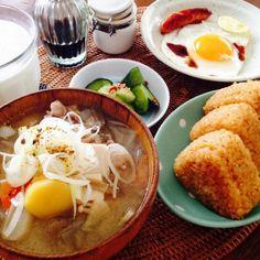 豚汁・目玉焼き・きゅうりの漬物・牛乳 焼きおにぎり - 114件のもぐもぐ - 朝食 by kazuto0123