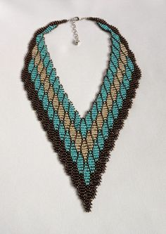 Maxi colar confeccionado com miçangas. Com 46 cm de perímetro + 5 cm de corrente extensora e 11 cm de largura no meio do colar. * Medidas aproximadas. R$ 88,00