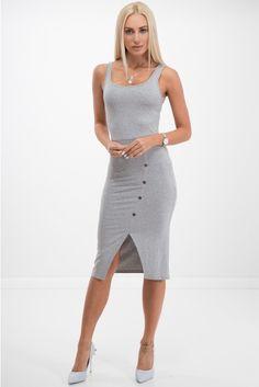 1f5f11d747 Jasnoszara sukienka z ozdobnymi guzikiami. Na grubych ramiączkach. Wykonana  z elastycznej bawełny