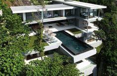 Dit lange en slanke uiterlijk van de Villa Amanzi in Thailand is een ode aan de schoonheid van de architectuur die voortkomt uit dit land. Het uitzicht over de Andaman zee met zijn verpletterende golven is enorm spectaculair. Het huis zelf, ontworpen door Original Vision, is maar liefst 800 vierkante meter groot en heeft een prachtig zwevend zwembad, naadloze afwerking en eigentijds meubilair.  Via Froot