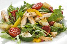 Ensalada de pollo a la plancha, rúcula y un mix de verduras asadas!