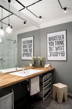 Salle de bains moderne bois, gris et noir
